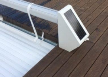 Piscine avec les pieds de volet solaire